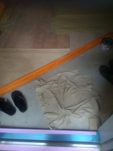 玄関の靴脱ぐスペースはこれだけ。靴は靴箱へ。ほんと脱ぐだけ。